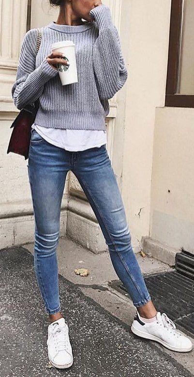 Calças de ganga ; camisa branca ; malha cinzenta ;