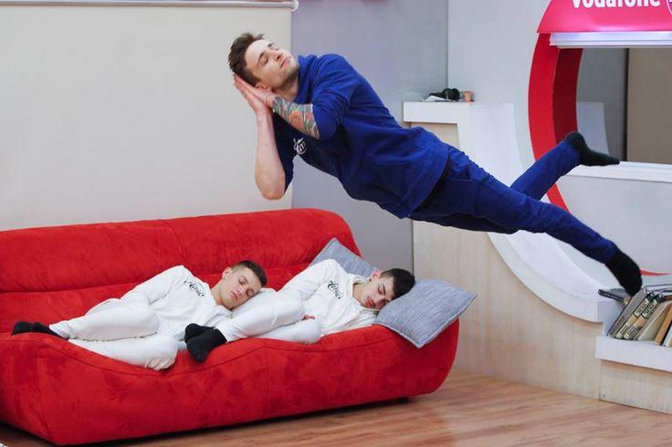 Ci sono modi e modi di dormire: Gabriele ed Alessio hanno scelto la versione 'classica a cucciolo' mentre Ale ha preferito un' ardita 'dormita al volo' XD
