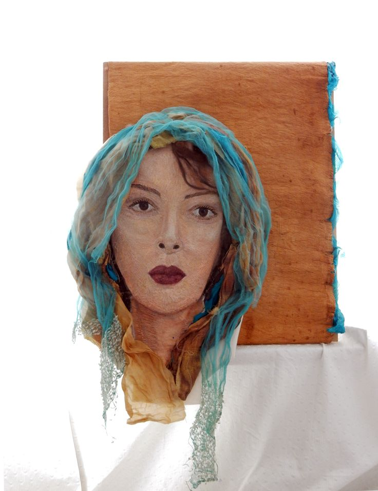 """Titel """"woestijnroos"""" naar mijn dochter die hier ook is afgebeeld.  Met dit werk ben ik een jaar bezig geweest (2015-maart 2016)  Het gezicht is volledig met hand en machine geborduurd.  afmetingen 60 x 73 cm. Materialen: garen, zijdens, katoen, kaneel barst.  Geskea Andriessen"""