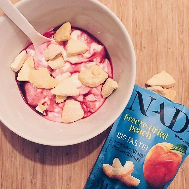 Na de Kerst ook zo'n behoefte aan  een licht, voedzaam en uiteraard lekker ontbijt? @junoordzij begon haar dag gisteren met kwark, NADA peach en wat rood fruit! Ideale combi van zuur, zoet en crunchy! #nadanothingadded #gezondontbijt #ontbijtje #glutenvrij #perzik#gevriesdroogd #onweerstaanbaarlekker #breakfastinspo #glutenfree #freezedriedfruit #healthybreakfast #healthysnack onder andere verkrijgbaar bij @marqt @district_utrecht @cornelisutrecht @goutdeli @bylima.haarlem @de_buurtbakker…