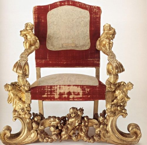 Poltrona italiana di Ottavio Calderoni. Legno intagliato e dorato, sedile e spalliera imbottiti e ricoperti di velluto e broccato. Parma, circa 1701.