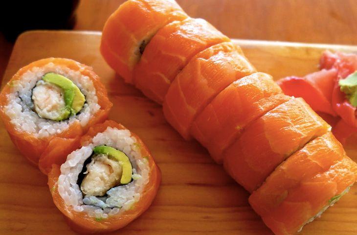 30 главных национальных блюд разных стран мира. Японскую кухню невозможно представить без суши. Состоит это блюдо из риса и начинки из мяса, овощей или рыбы.
