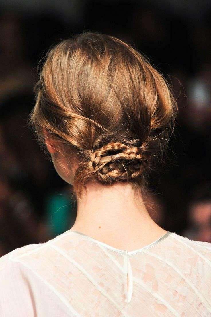 Treccia capelli corti, come realizzarla - Raccolto su capelli corti con treccine