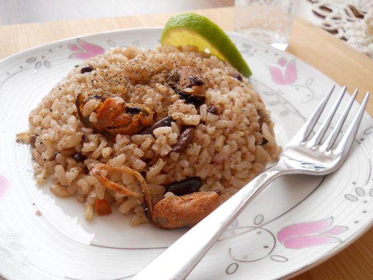 İşte Mezeci Zeynep'ten bir İstanbul klasiği daha, bilenler bilir midyeli pilav balık sofralarına çok yakışır, çilingir sofralarında ise başarılı bir mezedir. Bütün zeytinyağlı yemeklerimde olduğu gibi bu pilavda da sadece Edremit yöresine ait sızma zeytin