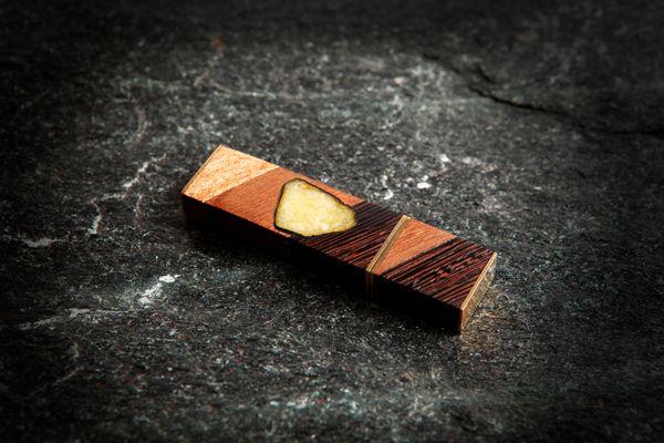 Флешка из разных ценных пород дерева с янтарём