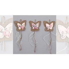 Κρεμαστή Μπομπονίερα βάπτισης πεταλούδα σε στυλ vintage με το σχέδιο της πεταλούδας απο λινάτσα και ξύλινο διακοσμητικό πεταλούδα.  Ελάχιστη παραγγελία 25 τεμάχια.  Στην τιμή περιλαμβάνονται   5 κουφέτα αμυγδάλου ή 9 Smarties - Επιλέξτε από τι διαθέσιμες επιλογές δεξιά της φωτογραφίας. το