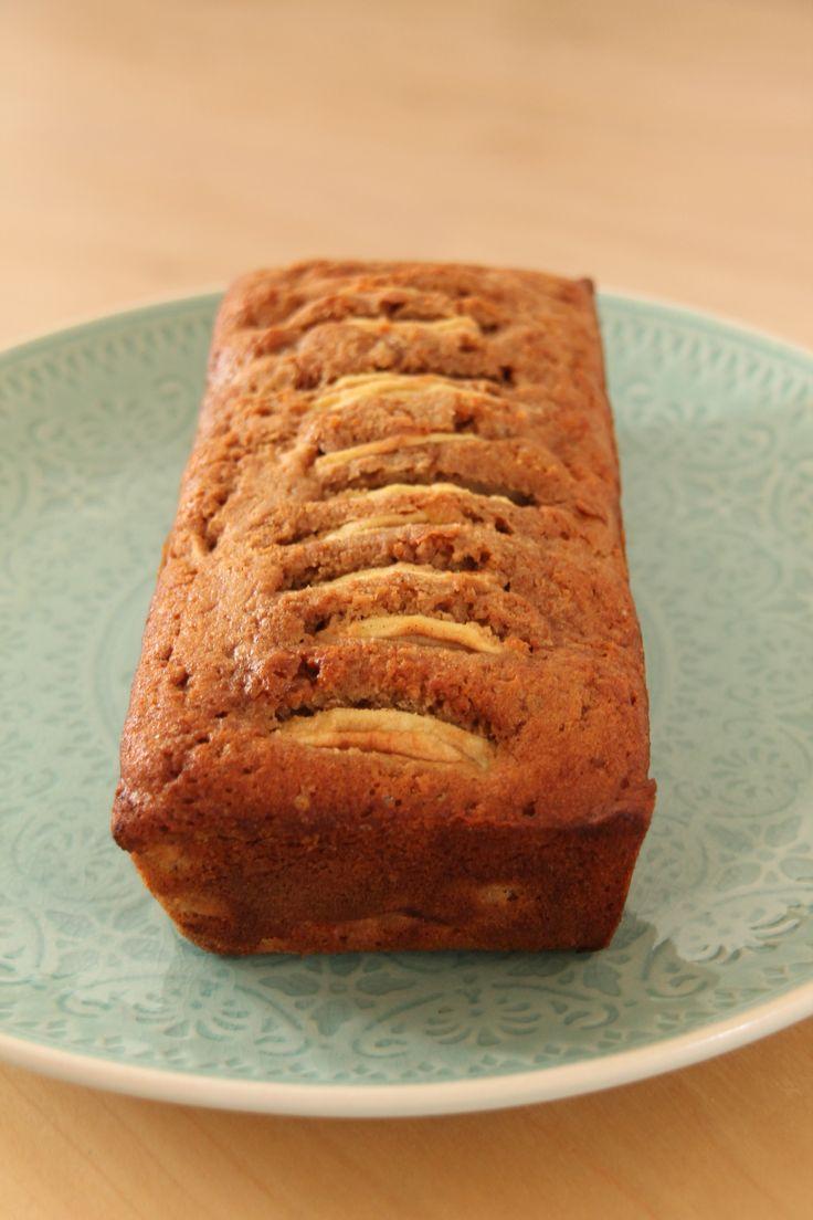 De inspiratie voor deze heerlijke cake kwam tijdens een middagje appels plukken in de tuin van opa en oma. Eigenlijk was dit recept voor in mijn boek bedoeld maar omdat daar wel erg veel cake recep…