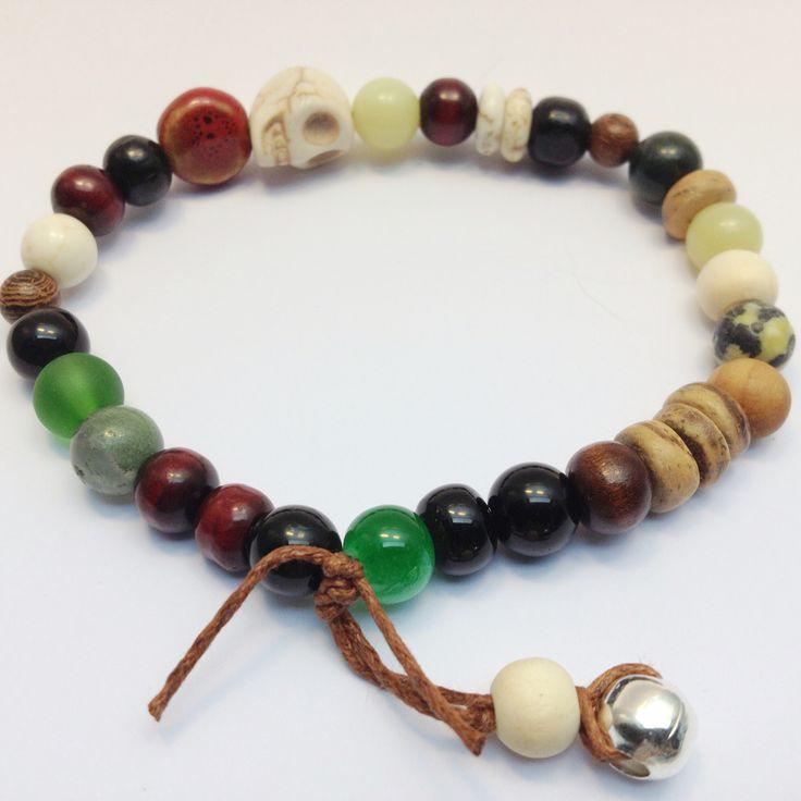 Stoere Skull armband voor zomerse mannen.  Met howliet, jade, jasper en houten kralen.