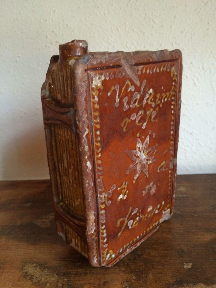 Drinkbeker in boekvorm. Nederland, loodglazuur, begin 17 e eeuw