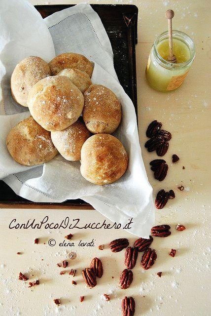 Panini alle noci pecan e miele: https://conunpocodizucchero.wordpress.com/2015/02/03/panini-al-miele-e-noci-pecan/