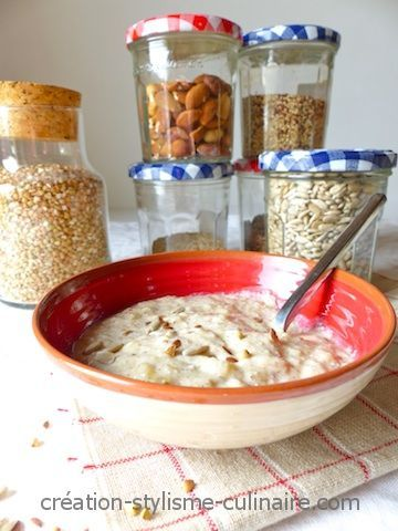 Idée intéressante pour le petit déjeuner sans gluten, la crème Budwig inspirée du célèbre Dr Kousmine. Une préparation très saine et rapide à confectionner à base d'ingrédients à haute valeur nutritionnelle : céréales crues et graines oléagineuses, fruits et jus de citron, yaourt de soja…   Ingrédients (pour 1 personne) :  4 cuillères »more
