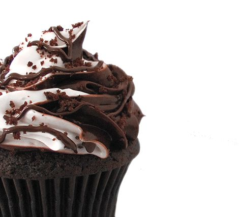 Mudslide Cupcakes ~ Holy boozey sweetness—now you can have your cocktail and cupcake in one bite!