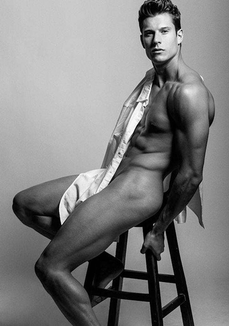 Duše Artist Model Eian Scully aktualizuje svou knihu s některými velmi sexy a odhalující patentky podle Harol Baez.