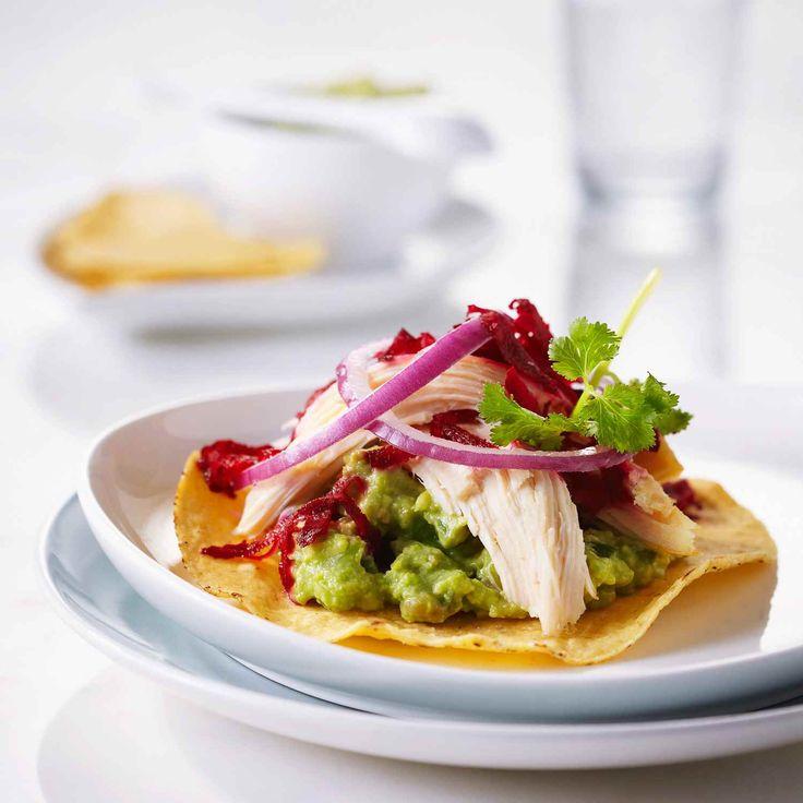 Les betteraves et l'avocat sont une combinaison bizarre pour ces tostadas de style mexicain, mais la texture crémeuse de l'avocat complément bien la betterave et les autres ingrédients utilisés.  | Le Poulet du Québec