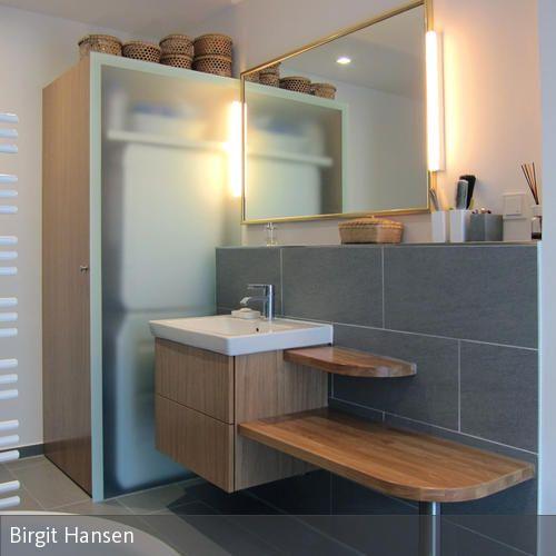 Das Komfortbad: Im Mittelpunkt des Bades stehen der Waschtisch mit Schubladenschrank, Sitzfläche und Ablagen sowie die bodenbündige Dusche mit Duschrinne.…