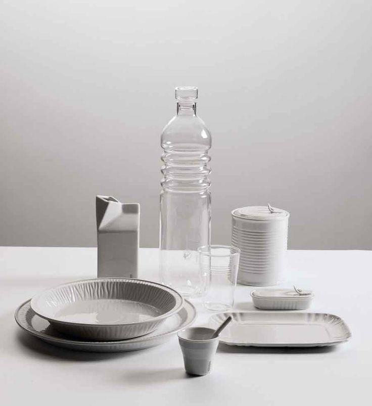 """SET 6 BICCHIERI IN VETRO """"SI-GLASS"""" By Seletti. ESTETICO QUOTIDIANO è la linea di contenitori per alimenti e bevande realizzati riproducendo fedelmente le forme dei contenitori usa e getta in materiali duraturi, quali la porcellana e il vetro borosilicato. Compatibili con il forno a microonde e la lavastoviglie, i prodotti della linea ESTETICO QUOTIDIANO rappresentano un'occasione di rinnovo delle stoviglie quotidiane, un modo originale e divertente di servire in tavola."""