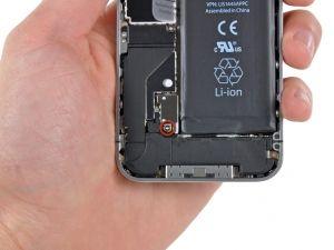 STAP 1. Verwijder de 2.5mm Phillips schroef waarmee de batterij connector aan het logic board vast zit.  Sommige apparaten hebben twee schroeven, een van die het contactvlak vasthoudt, dat boven de schroef zit, in rood aangegeven op de foto.