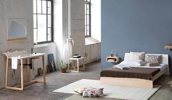 Ursprünglich hatte der Designer Jannis Ellenberger dieses Holzbett einmal für seinen Sohn entworfen. Es reiste später, weil noch ein Stück für die Mailänder Möbelmesse gebraucht wurde, spontan mit in die italienische Metropole. Der...