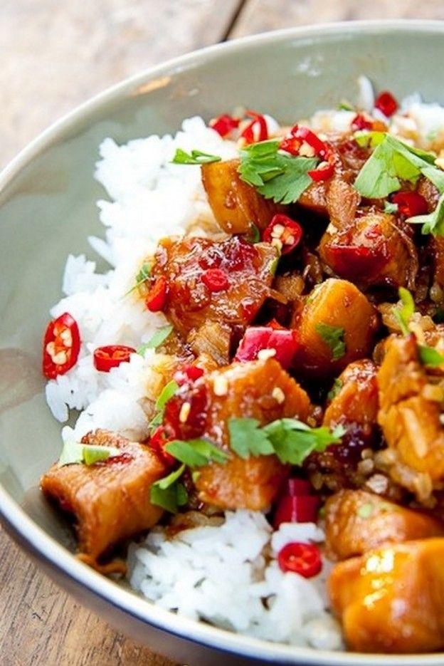 Pour cette recette fondante et colorée, on mélange des dès de poulet avec de la sauce teriyaki, de la sauce soja, de la cassonade, du gingembre, de l'ail, du jus de citron et de la sauce au piment doux. Il suffit de laisser macérer 20 minutes dans cette marinade avant de faire cuire dans un wok ou une cocotte.