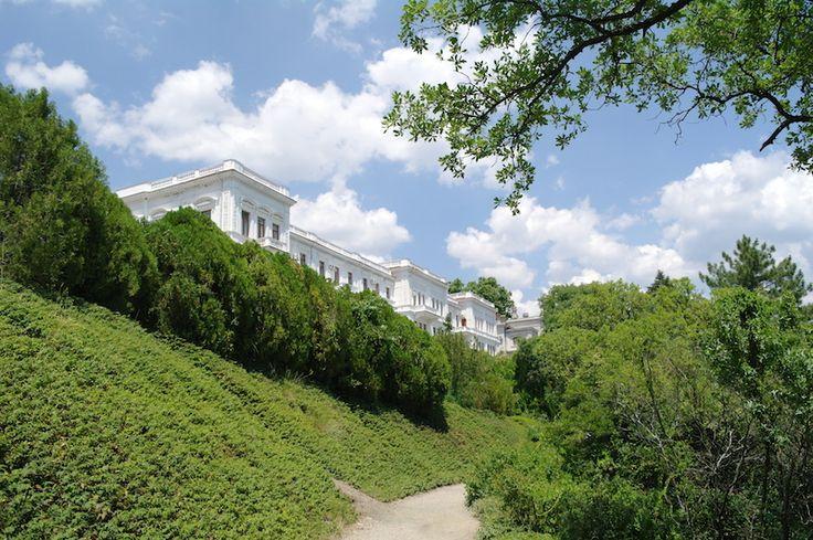 Вид на дворец с парка