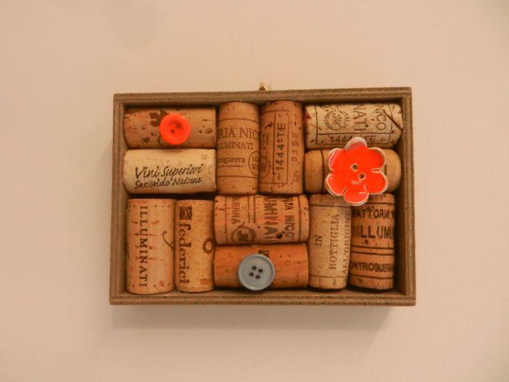 Lavagnetta porta appunti piccola con tappi di sughero riciclati su base di legno di vari colori e puntini: bottoni e fiorellini in ceramica colorati, il tutto realizzato a mano in Laboratorio Dimensioni: 14cmx9cm