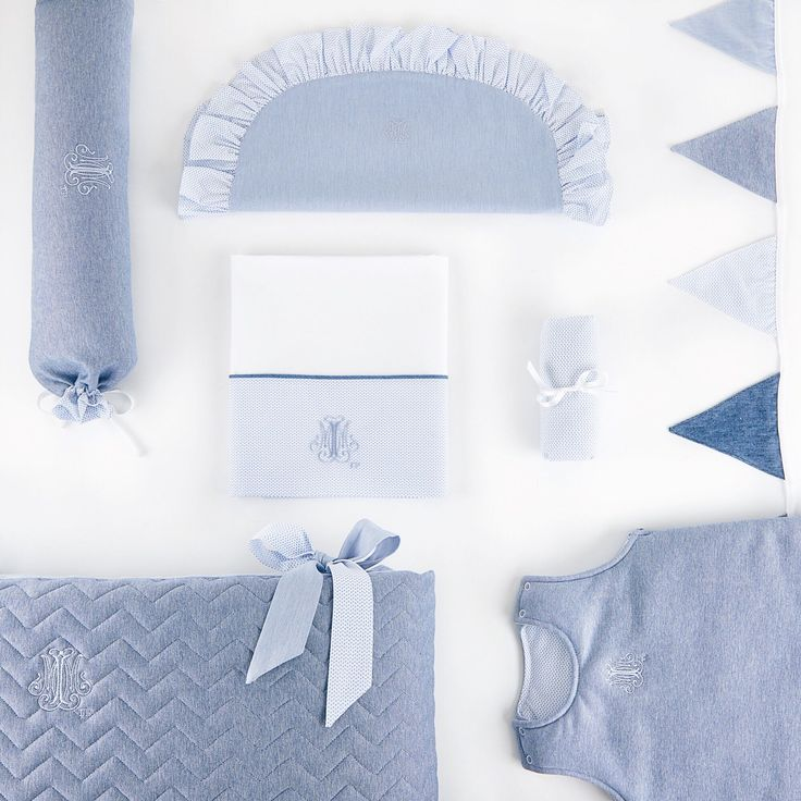Les essentiels pour le lit de bébé ❄️  ↪ Le calle bébé, la housse de coussin, la housse de couette, le drap housse, la guirlande de drapeaux, le tour de lit et la gigoteuse ✔️  My baby sleep essentials  ❄️  ↪ The baby roll cushion, the cover of cushion, the cot bed duvet cover, the cot bed fitted sheet, the garland of flags, the cot bed bumper and the sleeping bag ✔️  #theophileetpatachou #baby #babyroom #puériculture #nursery #babybump #maternity #babyluxury #thursday #blue