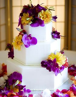 gâteau de marriage avec orchidées mauves dahlias jaunes / et Purple orchid and yellow dahlias wedding cake