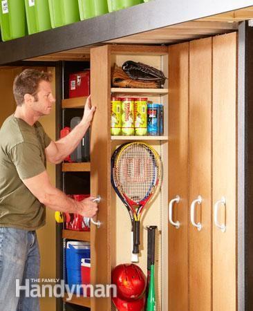 Jeśli przygotowujemy całą szafę warto zastanowić się nad prostym cargo w garażu. Więcej narzędzi jest albo długich, albo małych przez co zwykłe szuflady nie spełniają swojego zadania. Za to pionowe cargo ze względu na możliwość wykonania wysokiej półki może pomieścić dużo więcej, a regały mogą być lepiej zorganizowane z łatwiejszym dostępem do pojedynczych elementów. Same prowadnice nie muszą być markowe, można zrobić po prostu kółka na zwykłym ceowniku.  http://metaforma.org