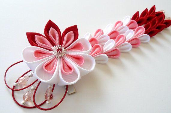 Een bloem is gemaakt in de techniek van tsumami kanzashi.  Bloem bestaat uit grosgrain linten.   Op uw verzoek kan worden gemaakt in een andere kleur-combinaties.  Mijn handworks kunnen zijn een unieke gift voor u, uw familie en vrienden!  Bezoek mijn winkel thuis voor meer items: http://www.etsy.com/shop/JuLVa