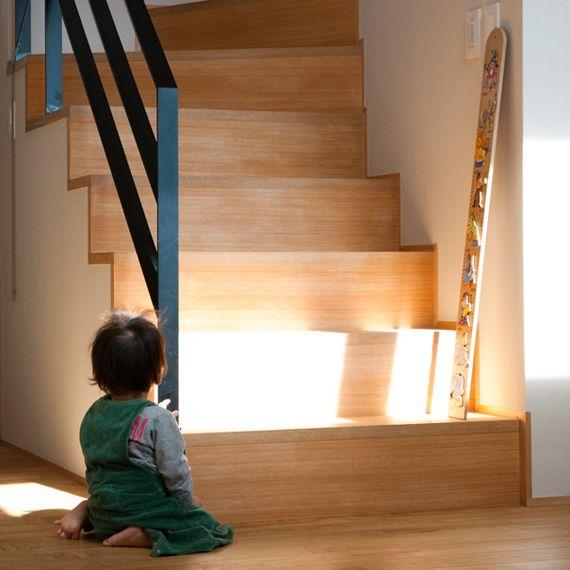 素材感を大切にした家。 建具やその他の造作部材もオリジナル。素材を 活かせるようデザインはスッキリとしたものに。 小さなお子様を和室で遊ばせておくため キッチンからの見通しも良くし、空間が 繋がるように意識。南側にはウッドデッキ、和室からもリビングからも行き来が出来る。無垢床にはクリ材を使用。