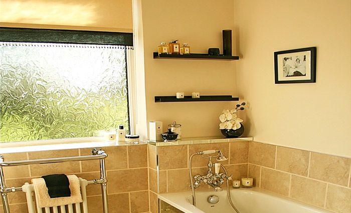 Cottage badkamer met aardetinten