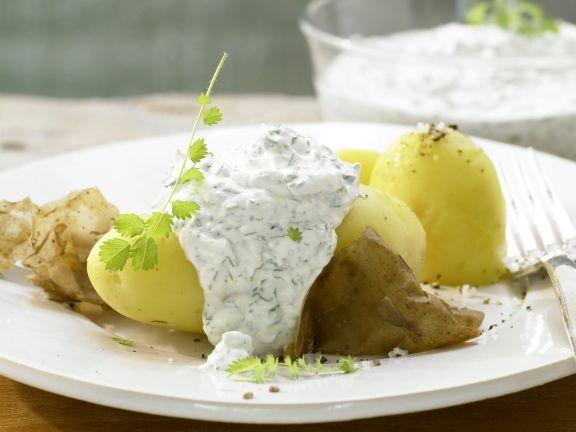 Frankfurter Grüne Sauce mit Pellkartoffeln: Frühlingsfrischer kulinarischer Evergreen mit reichlich Kräuter, den schon Goethe schätzte.
