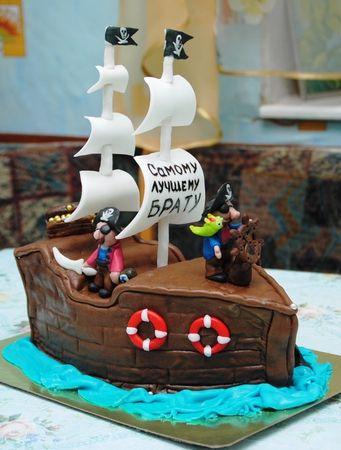Торт в виде пиратской шляпы