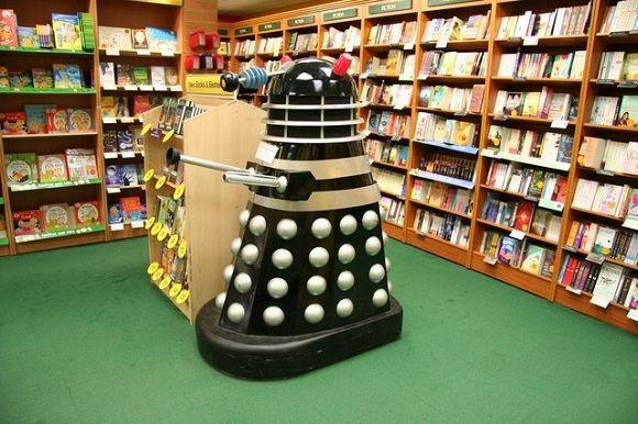 Un Dalek in un negozio di libri per bambini. Da Wikipedia.