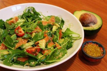 Salát s avokádem a uzeným lososem