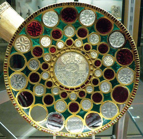 Coupe en or de Chosroès, dite Tasse de Salomon. Camée central: le roi trônant. Pièce d'orfèvrerie sassanide. Diam.: 28,2 cm; H.: 5 cm; diam. du camée central, 7,4 cm. Or, grenat, cristal de roche, verre. Cette coupe a appartenu au Trésor de Saint-Denis. Art Sassanide (Art des Barbares av.J-C.)