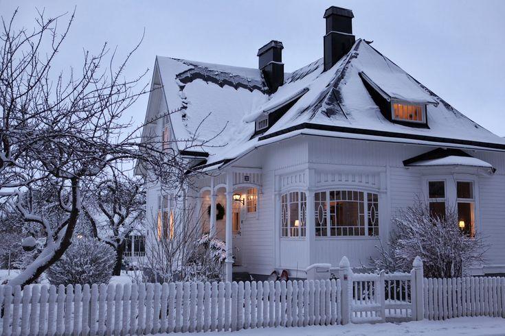 Vinterbilder från Lilla Villa Vita i arla morgonstund. I morse begav jag mig ut i pyjamasbyxor och gummistövlar för att föreviga det...
