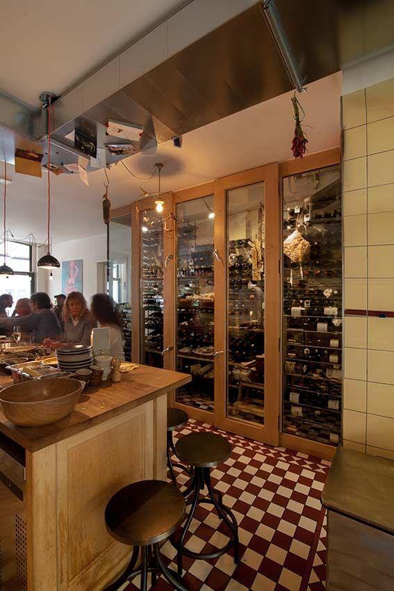 Ambachtelijk interieur van eiken voor restaurant Marius en wijnbar Worst.