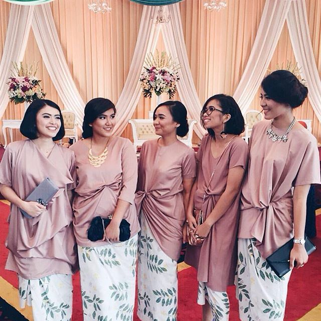 Closing up the day with a lovely #FriendsofTBBF post from #ditabaguswedding! Love how the bridesmaids combine their pale hued top with sarong that oozes a sophisticated feel. The white sarong with printed leaf detailing accentuate a contemporary and refreshing sight, don't you think? Tag your girl friends and ask them what they think!  Sarong by @by_fikajulia via @pradhivi