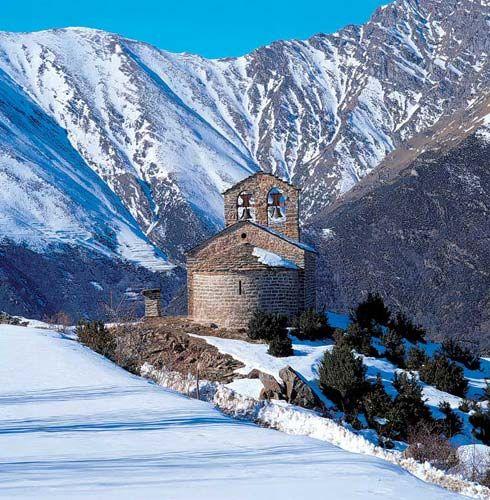 Hivern a l'ermita romànica de Sant Quirc de Durro, a la Vall de Boí. Pirineu català (Catalonia)
