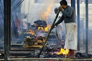仏教と関係が深いヒンドゥー教で、最も多い葬送手段は火葬である。通常、遺体は棺桶に入れず、布でくるまれる。火葬は火葬場か墓地で行われるが、いずれにしても屋外で、薪(火葬用のもの)で焼かれる。遺骨は川に散骨する。水葬同様、ガンジス川の人気が高い。
