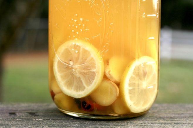 Ilekroć zaczynasz odczuwać objawy przeziębienia lub grypy, weź kilka cytryn, odrobinę imbiru, zielonej herbaty, miodu oraz cynamonu i przygotuj własny leczniczy eliksir. Dzięki niemu dostarczysz organizmowi odpowiednią dawkę składników odżywczych, wzmocnisz odporność i szybko wrócisz do zdrowia. Ten syrop nie tylko jest skuteczny, ale również bardzo smaczny. Nie będziesz miała problemu, żeby przekonać do niego dzieci.