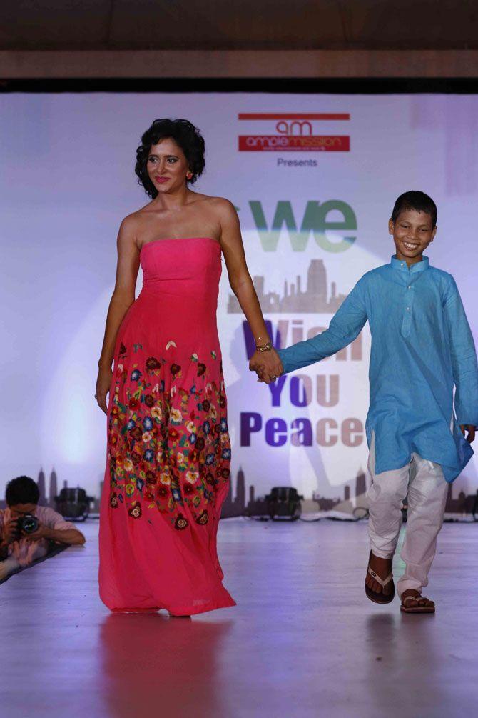 Manasi Parekh Gohil at a 26/11  Mumbai Terror Attacks tribute show. #Bollywood #Fashion #Style #Beauty #Hot