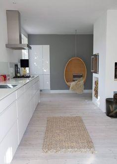 NORDISK: Gå for et hvitt kjøkken, grå vegg, matt gulv og innslag av tre om du ønsker denne stilen.