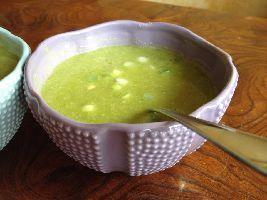 Een heerlijke aspergesoep, gebonden zonder bloem (maar met kokosvet en amandelmeel) dus Voedselzandloper-proof. Recept voor groene aspergesoep met kip.