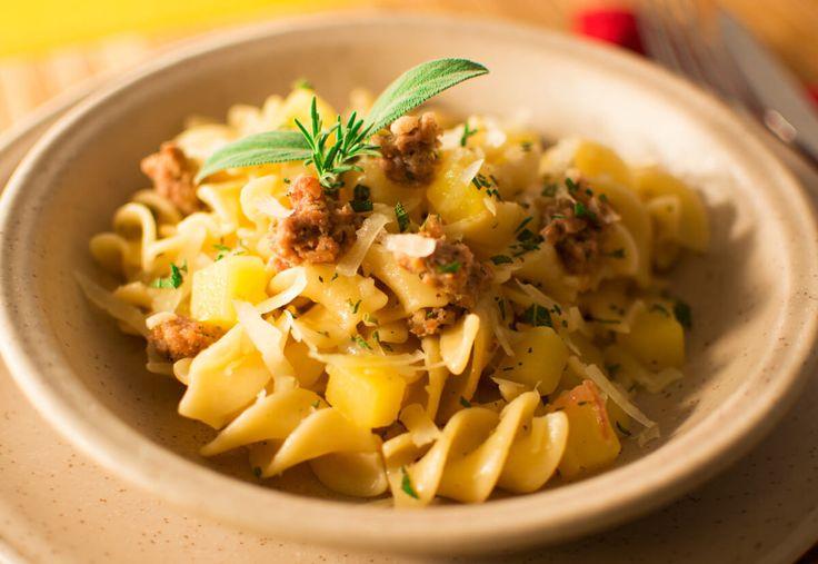 Fusilloni con Salsiccia e Patate Oggi vi presentiamo un primo piatto ricco e gustoso, i Fusilloni con Salsiccia e Patate, guarniti con Pecorino Stagionato nelle Noci... #ricette #recipe #recipes #salumi #italianfood #foodie #toscana #versilia #foodiemaniac #yum #formaggio #pecorino #cheese #salsiccia #salumi
