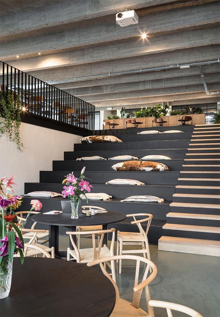 asientos-escaleras-oficinas-sillas-wishbone-coworking-amberes
