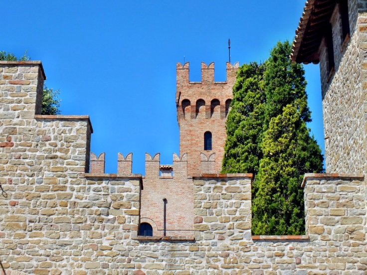 Battlements and tower, Tavoleto PU, Italy (© Luigi Gallo)