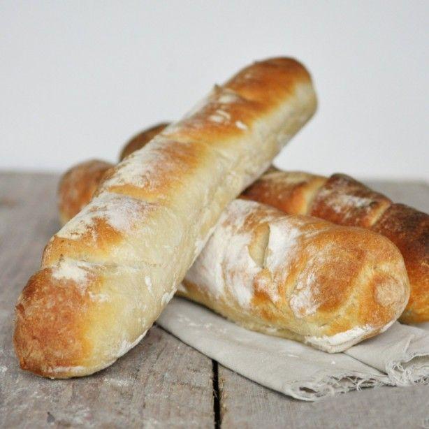 Zelfgebakken stokbrood - knapperig en het hele huis ruikt heerlijk!