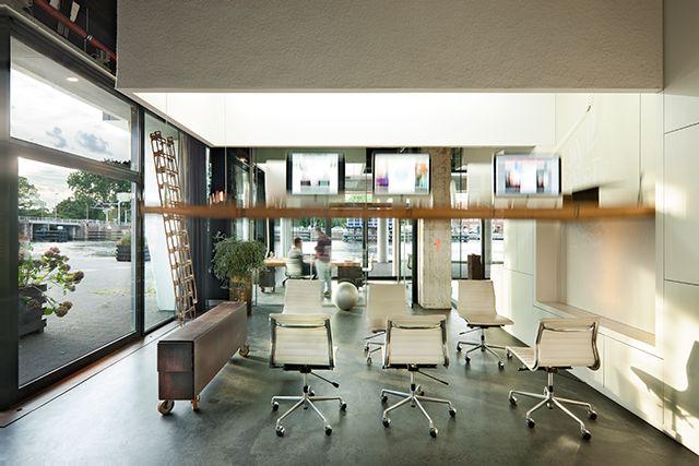 Nooit meer overwerken: in dit kantoor vliegen de bureaus klokslag 6 uur de lucht in